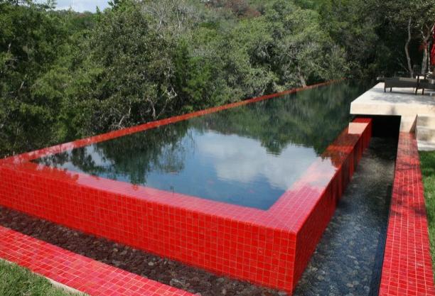piscina roja sin fin mosaicos rojas